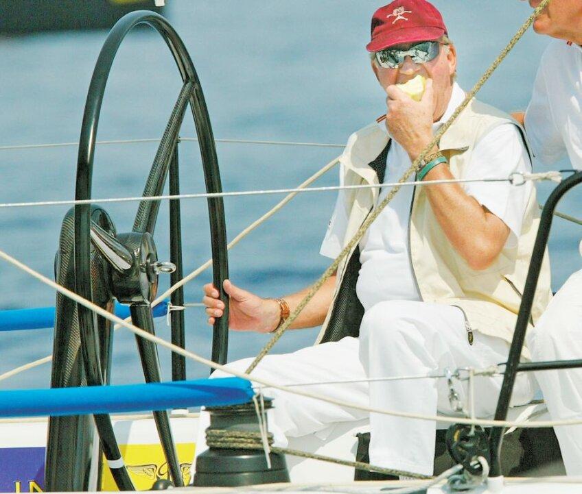 În 2005, pe una dintre ambarcaţiunile Bribon, Juan Carlos I se delecta cu mirosul mării şi gustul unui măr