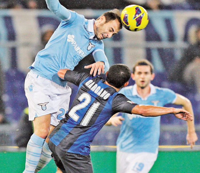 Integralist la Lazio, Ștefan Radu (stînga, în duel cu Gargano) a reușit a treia victorie în campionat de la revenirea în campionat