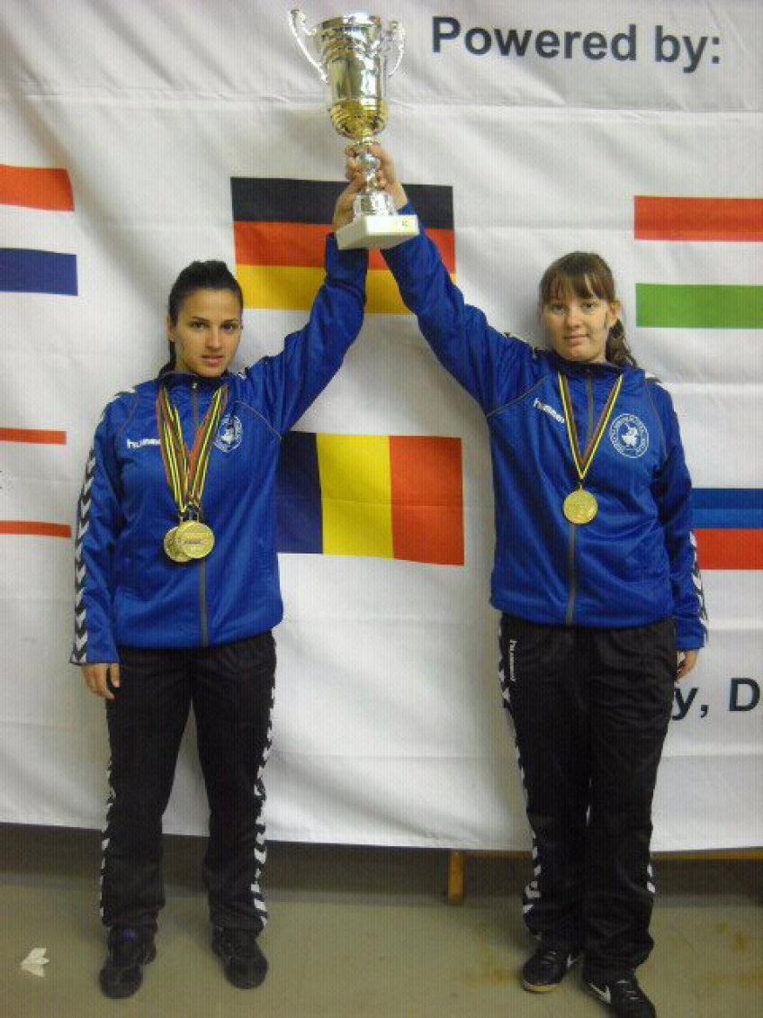 Florica Chiar (stînga) şi Paula Paraschiv au cîştigat aurul la dublu feminin