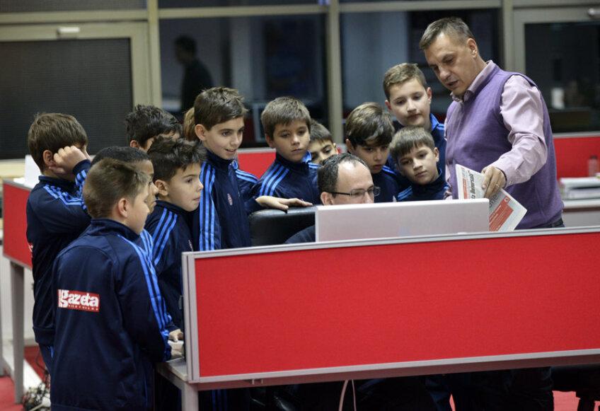Andrei Vochin le arată puştilor cum se machetează o pagină din Gazetă.