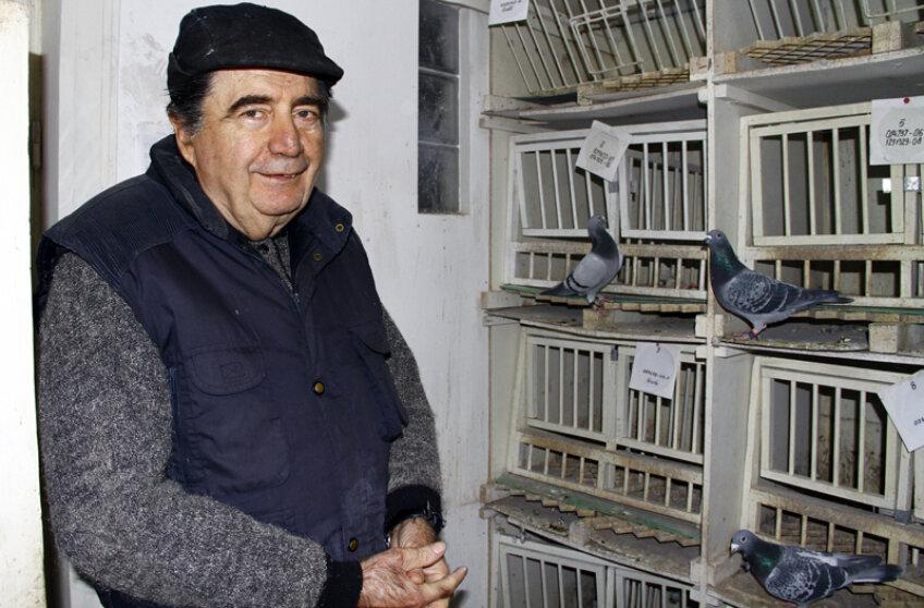 Dinicu este mîndru de cei 110 porumbei pe care îi creşte la etajul vilei sale