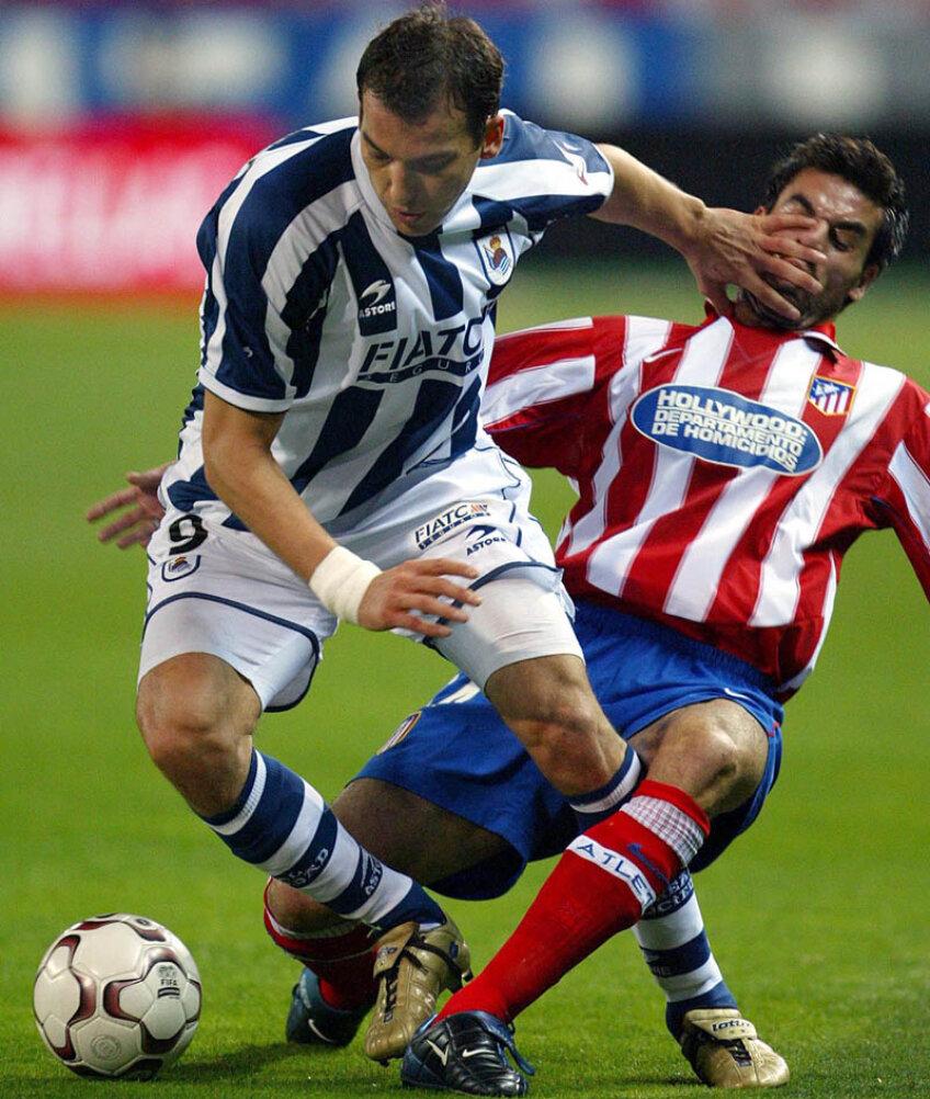 Puternicul atacant sîrb Kovacevici (stînga, Sociedad) împinge un adversar de la Atletico pentru a păstra mingea // Foto: Reuters