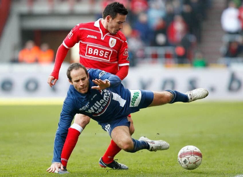 Adrian Cristea (în roșu, în duel cu Monteybe) n-a avut ieri nici o ocazie importantă în 90 de minute // Foto: AFP/Mediafax