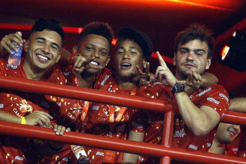 Neymar, al doilea din dreapta, nu ratează nici carnavalul din acest an (foto: Reuters)