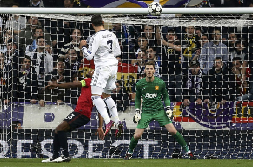 Evra e bătut, portarul De Gea privește la spectacolul aerian oferit de Cristiano. Va fi 1-1