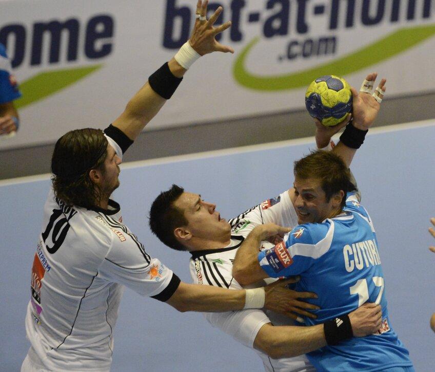 Dalibor Cutura în meciul cu Veszprem, în luptă cu Nagy (stînga) şi Schuch // Foto: Raed Krishan