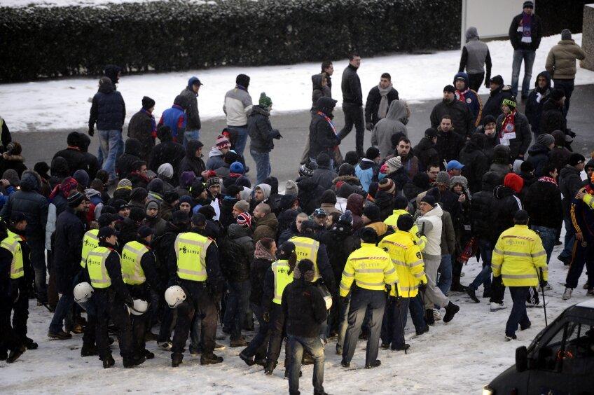 Cel mai tensionat moment al zilei: polițiștii olandezi au intrat în galeria stelistă, cîțiva ultrași sfîrșind cu cătușe la mîini