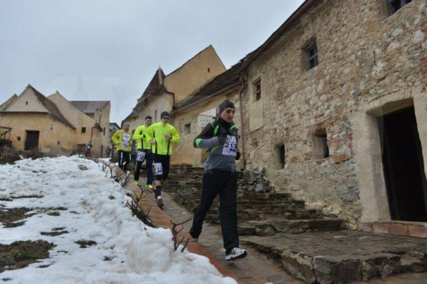 Concurenții de la Maratonul Zăpezii au traversat pe traseu Cetatea Rîșnovului