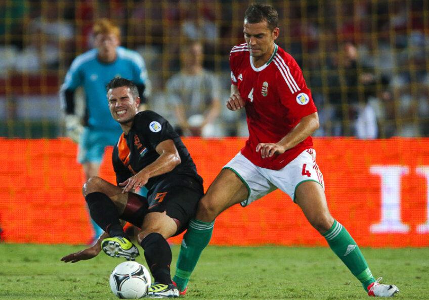 Juhasz (dreapta), recunoscut pentru agresivitatea sa, îl faultează dur pe olandezul Van Persie // Foto: Reuters