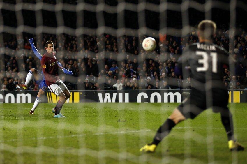 Hazard, în albastru, a înscris cu o execuție perfectă (foto: Reuters)