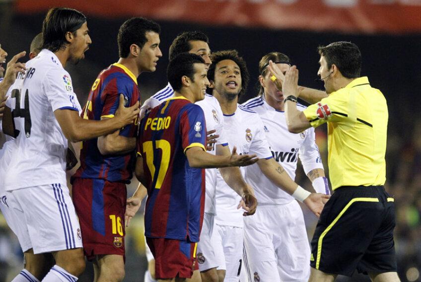 Arbitrul Undiano Mallenco încearcă să țină piept jucătorilor într-un moment tensionat al finalei din 2011 a Cupei