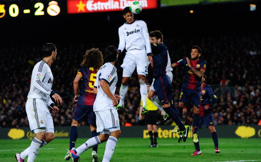 Varane survolează maiestuos apărarea Barcelonei, Pique doarme lîngă el, iar francezul plasează mingea la vinclu: bară-gol, 0-3 // Foto: Guliver/GettyImages