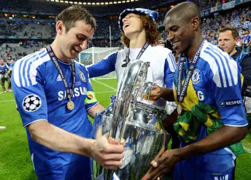 Lampard, Luiz şi Ramires admiră trofeul Ligii. Joi vor juca cu Steaua.