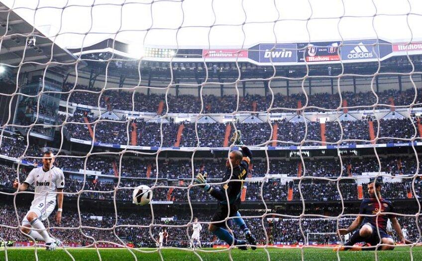 Valdes nu mai poate evita golul, iar Mascherano (dreapta) e spectator. Benzema trimite mingea în plasă din şase metri // Foto: Guliver/GettyImages