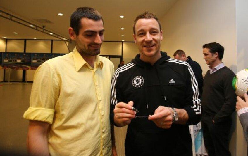După terminarea antrenamentului de pe Național Arena, Terry a făcut poze cu fanii prezenți la stadion Foto: Mircea Roșca