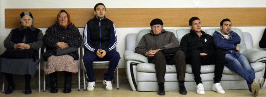 Instantaneu memorabil: Ferfelea (al treilea), Lungu şi Varga (pe canapea) s-au amestecat, la Chiajna, cu pensionarii veniţi la control // Foto: Răzvan Luţac