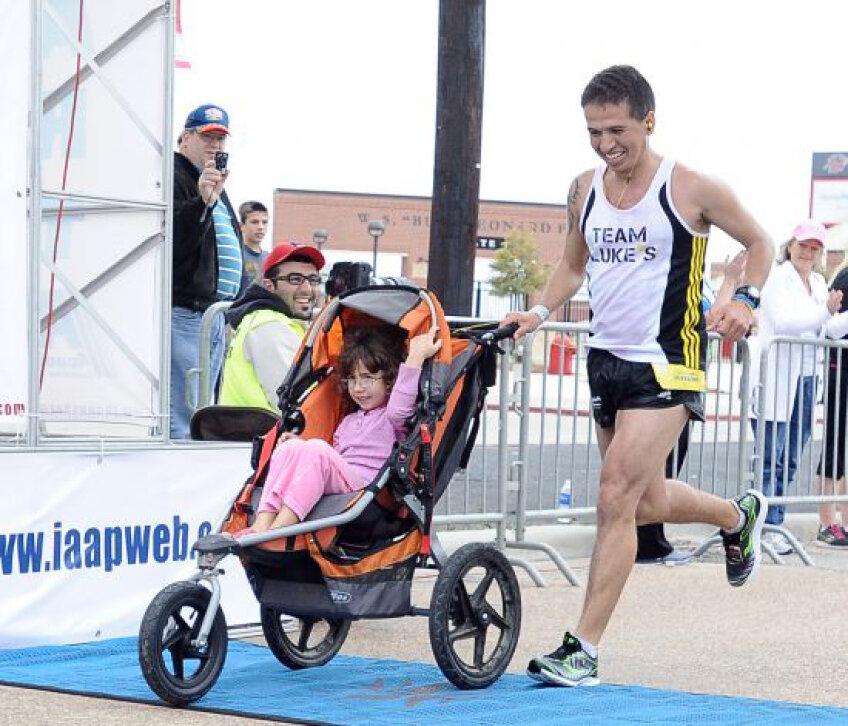 Iram Leon a alergat un maraton întreg cu fetiţa sa într-un cărucior.