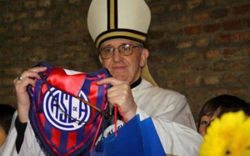 Papa Francisc, cu fularul echipei San Lorenzo // Foto: lanacion.com.py