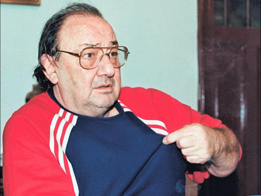 Născut la Năsăud, Ianul a fost președinte la Poli Iași, 1981-1985, șef al secției fotbal la Dinamo, 1985-1990, și președinte al