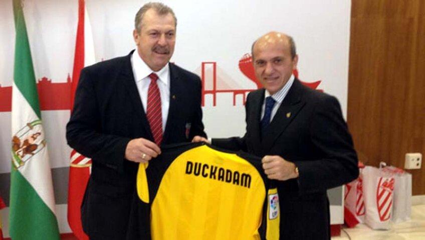 Duckadam a primit cadou un tricou de la preţedintele Sevillei, Del Nido