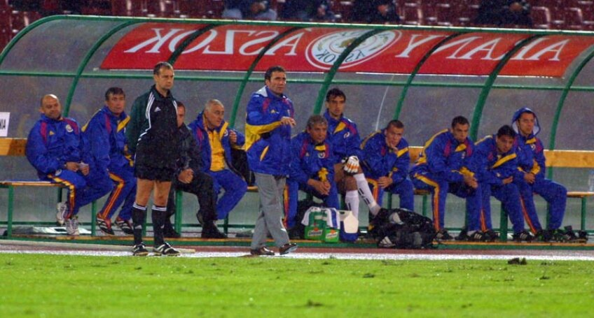 Hagi (centru, în picioare), la prima victorie a României la Budapesta într-un meci oficial