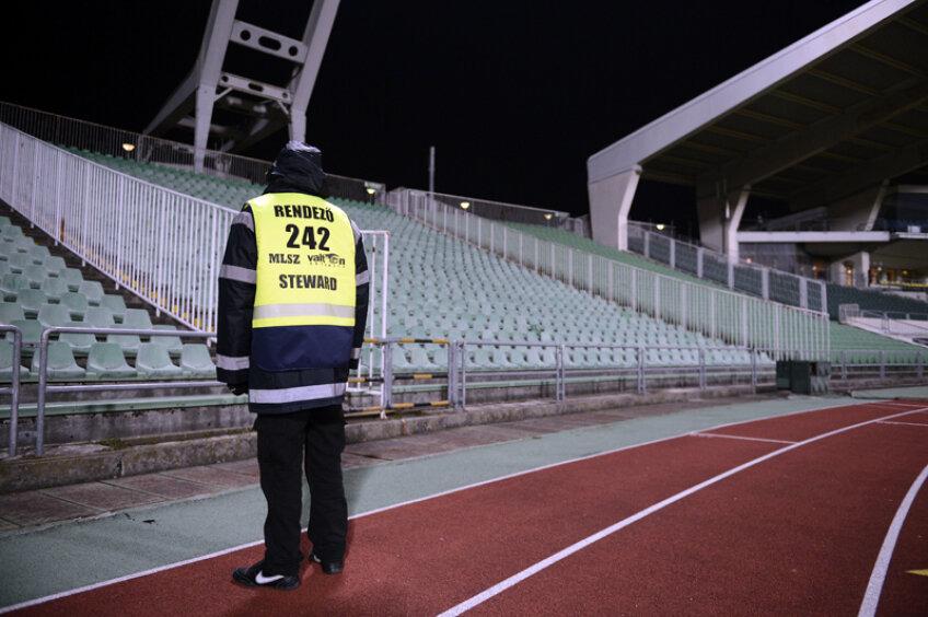Un om de ordine supraveghează un stadion gol la Ungaria - România