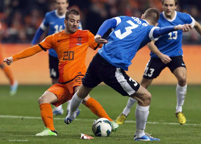 Înconjurat de adversari, Van der Vaart trage şi scutură plasa. El a redat culoarea Olandei // Foto: Reuters