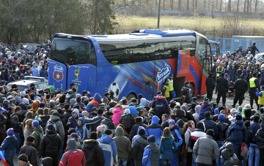 La final, autocarul roș-albaștrilor a fost înconjurat de sute de oameni dornici de autografe sau măcar să-i vadă îndeaproape pe elevii lui Reghe // Foto: Cristi Preda (Brăila)
