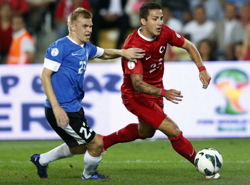 Sercan Sararer (dreapta) scapă de adversarul direct în meciul cu Estonia // Foto: Reuters