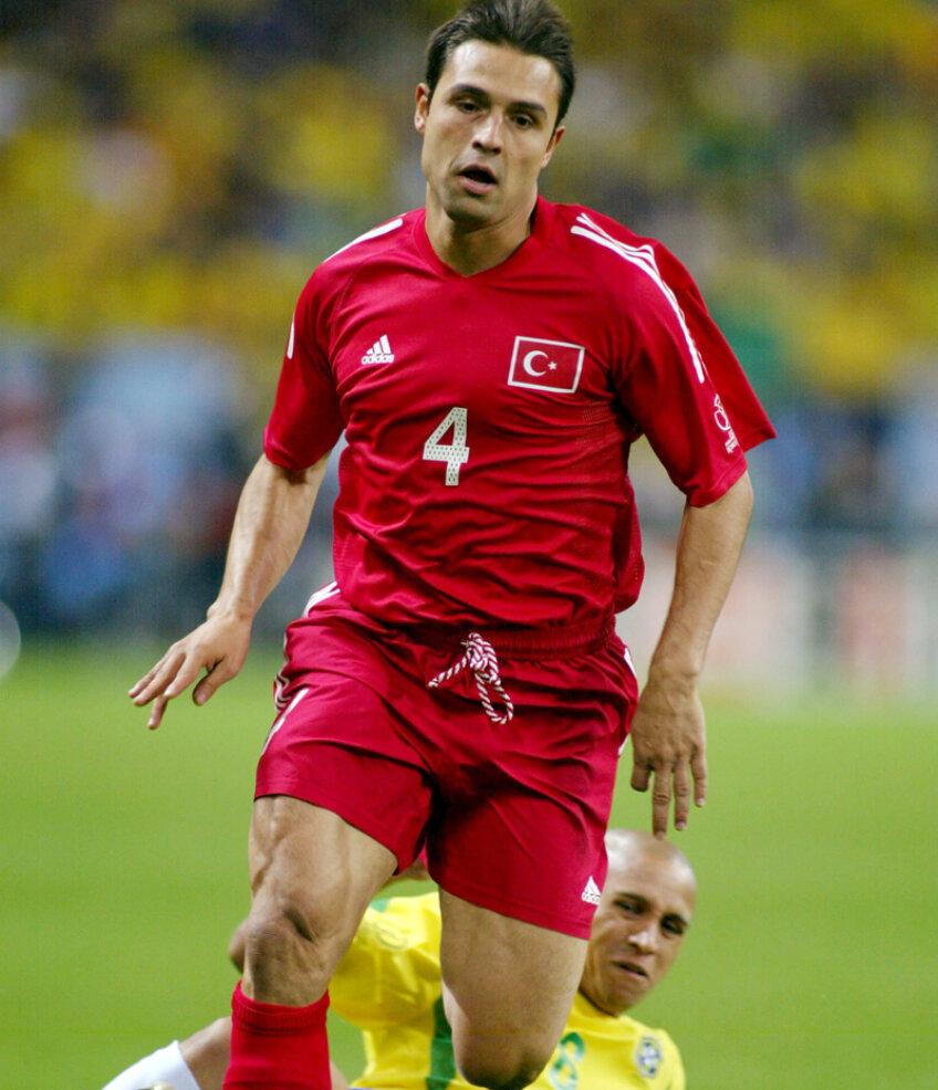 Fatih Akyel, sprintînd irezistibil în faţa lui Roberto Carlos în semifinala CM 2002 cu Brazilia //  Foto: Reuters