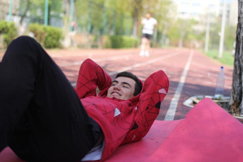 La fel ca în imaginile făcute înainte de accident, Mircea face exerciţii fizice, cu ajutorul kinetoterapeutului, pentru a se recupera