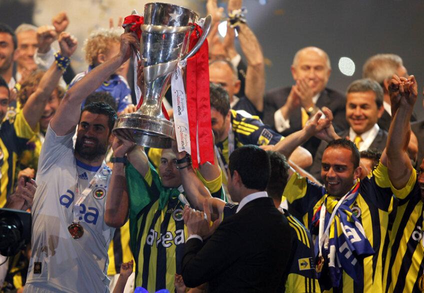 Jucătorii lui Fenerbahce s-au bucurat pentru cîştigarea titlului, dar au fost excluşi apoi de UEFA