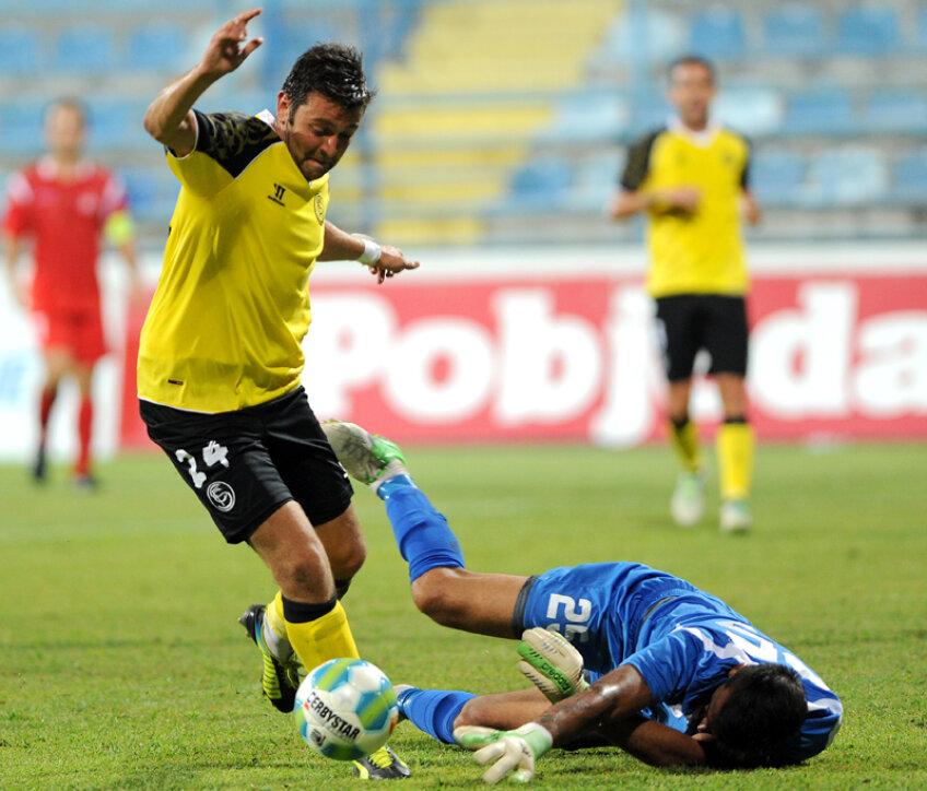 Rusescu (stînga) e maiestuos în acest dribling în faţa portarului muntenegrean. Era 5-0 pentru Sevilla // Foto: EPA/IntactImages