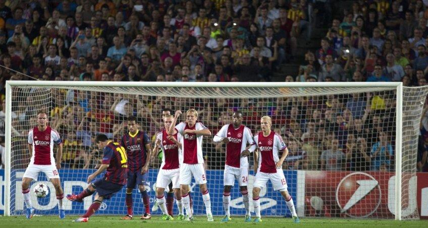 Denswil şi Van Rhijn, fundaşii lui Ajax, nu pot decît să-l admire pe Messi