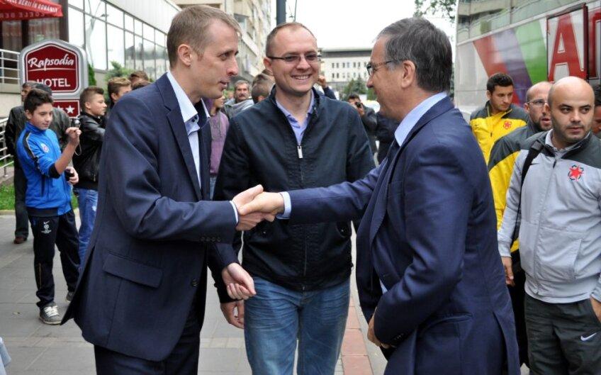 Primarul Botoşaniului (stînga) şi viceprimarul (centru) s-au salutat cu preşedintele Stelei, Valeriu Argăseală // Foto: Ionuț Tăbultoc (Botoșani)