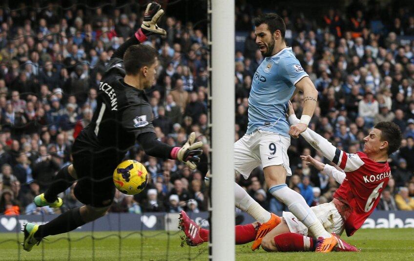 Spaniolul Negredo (albastru) înscrie în poarta lui Arsenal. E unul dintre cei 8 jucători ai lui City care au înscris acasă // Foto: Reuters