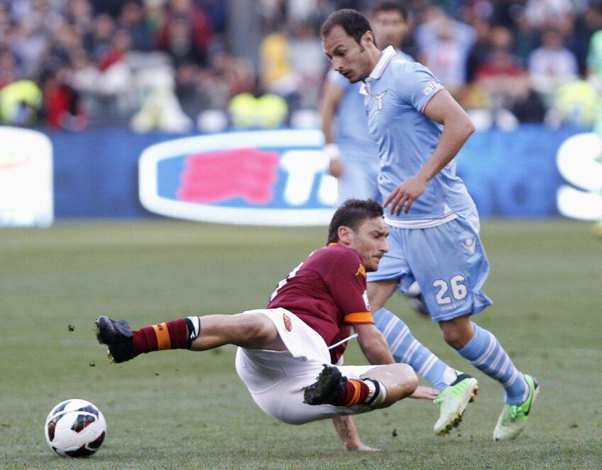 Afectat de probleme musculare, Radu (în duel cu Totti) nu știe cine va sta pe bancă luni, la meciul cu Inter // Foto: Reuters