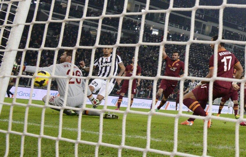 Vidal (stînga) strecoară mingea printre bară şi De Sanctis: 1-0 // Foto: Reuters