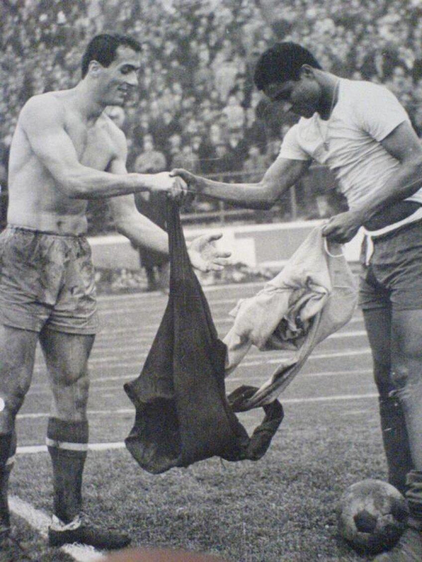 Dan Coe și Eusebio la finalul meciului România - Portugalia din 1969