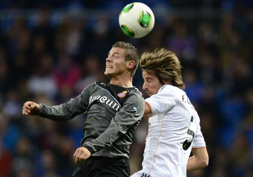 Torje (stînga), într-unul dintre rarele dueluri cîştigate cu Coentrao, fundaşul lui Real // Foto: MediafaxFoto/AFP