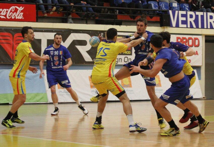 Alexandru Csepreghi, la minge, a fost imposibil de anihilat de către handbaliştii moldoveni // Foto: Florin Gheorghe (Telegraf Constanţa)