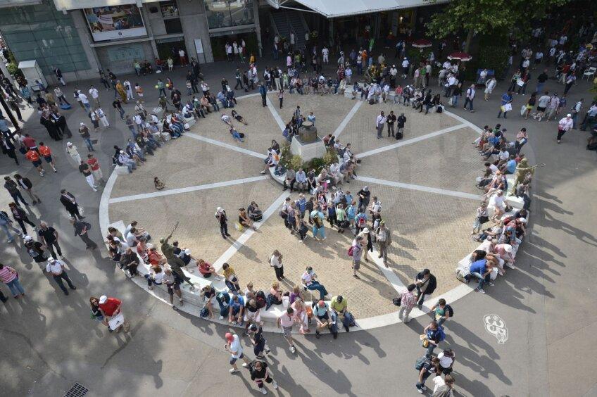Piaţa Muşchetarilor, acolo unde spectatorii se strîng să vadă meciurile pe ecranele gigant
