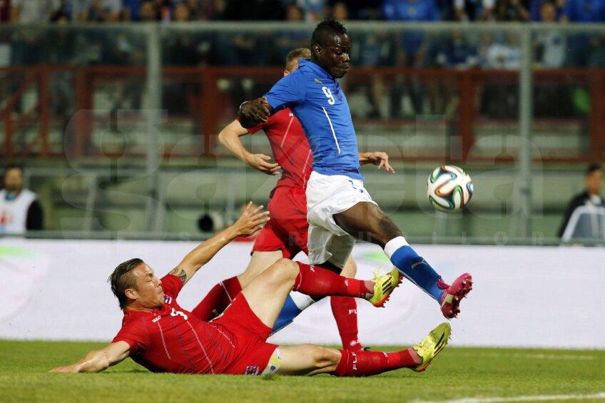Printre semnele bune, Balotelli s-a înțeles bine după pauză cu Cassano, cînd Italia a jucat cu două vîrfuri