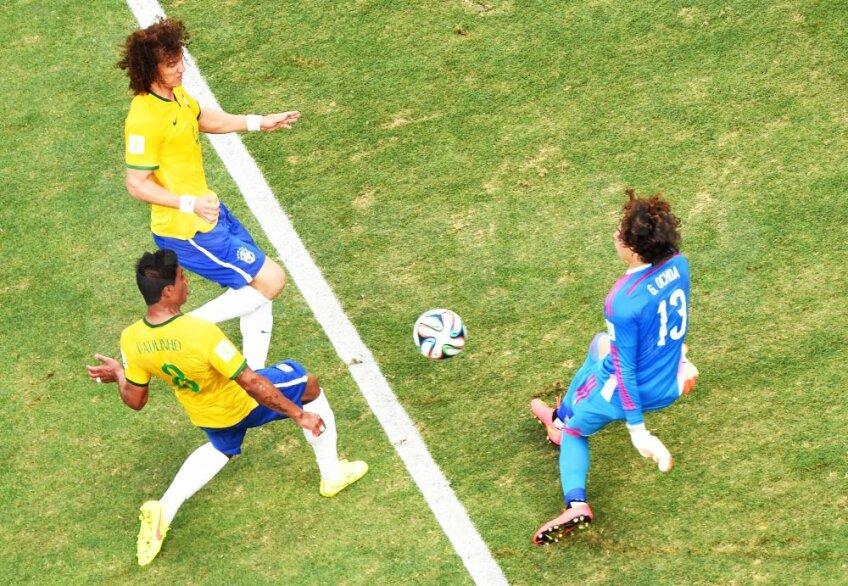 Mijlocașul Paulinho și fundașul David Luiz, foto: reuters