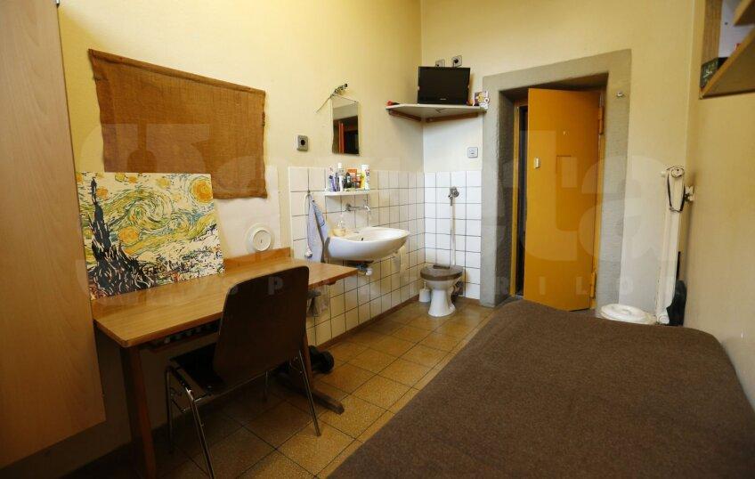 Uli Hoeness şi celula în care e închis la Landsberg // Foto: Reuters