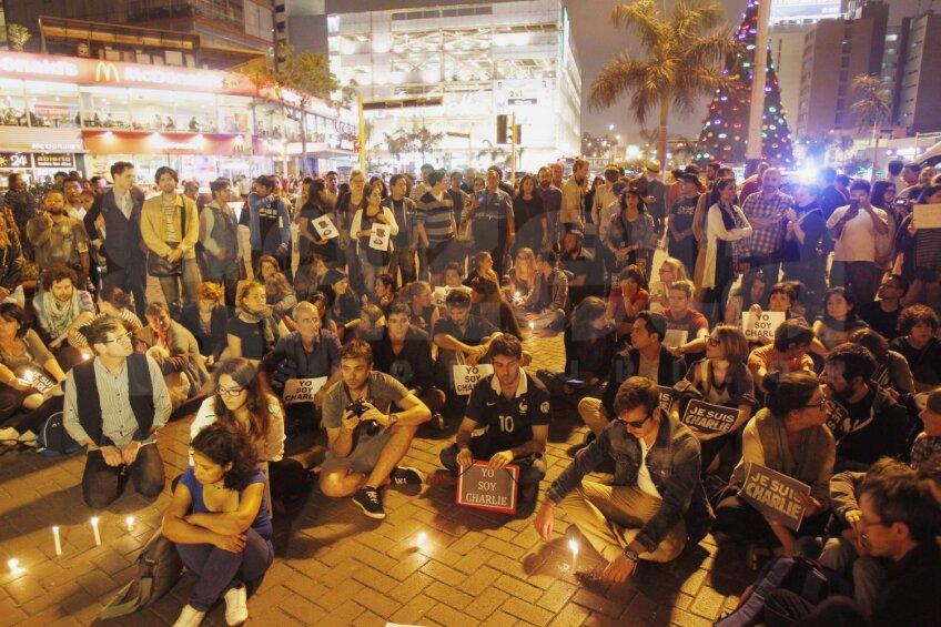 Pe toate meridianele, de la Lima la Hong Kong, oamenii au reacționat după atentatul de la Paris, identificîndu-se cu spiritul Charlie Hebdo // Foto: Reuters