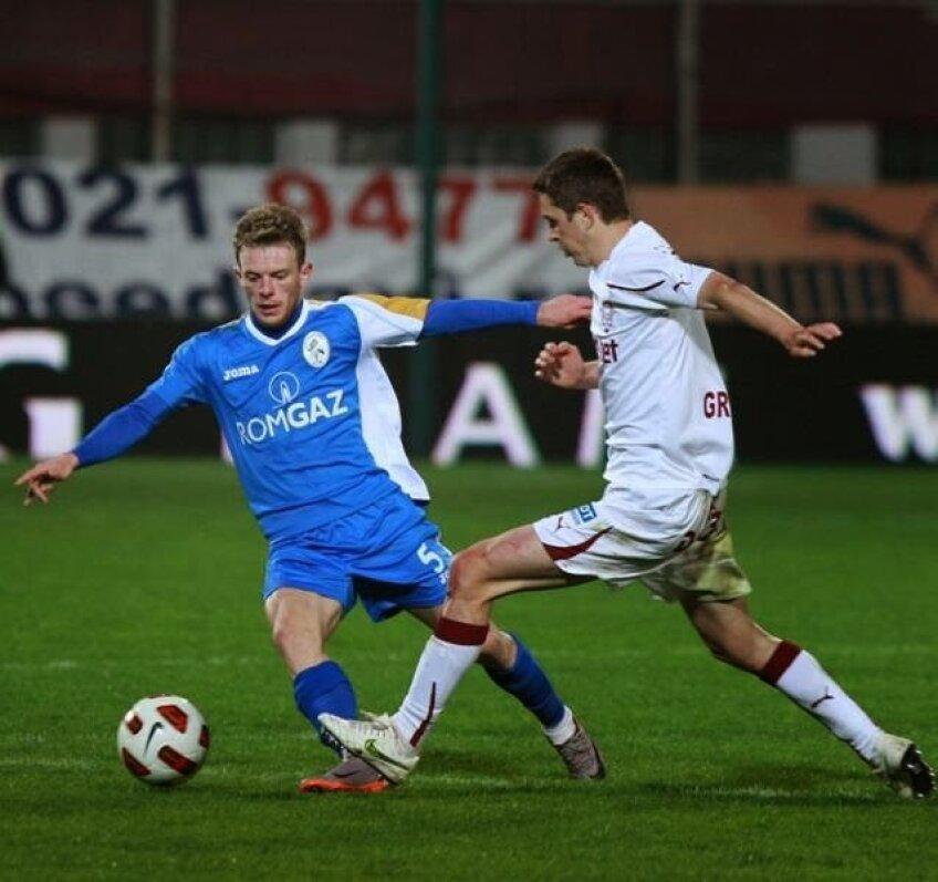 Alex Muntean (stînga), în duel cu Nicolae Grigore, pe vremea cînd juca la Rapid