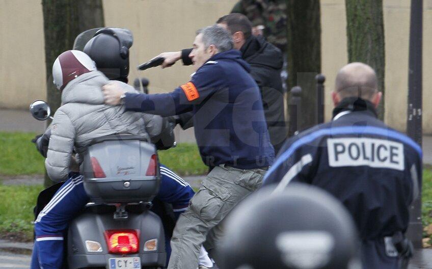 Încă doi suspecți la Paris. Polițiștii îi dau jos de pe scuter cu pistoalele Foto: Reuters