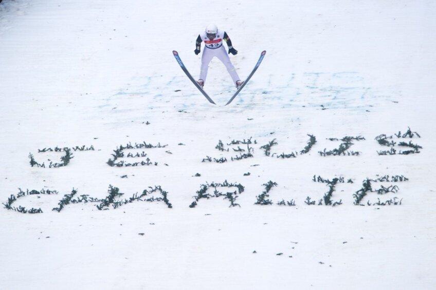 Salt cu schiurile peste