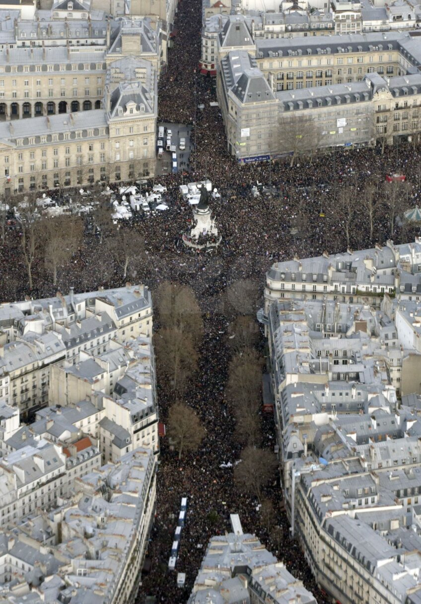 Aşa a arătat ieri Piaţa Republicii din Paris. Şi aceasta a fost coperta cotidianului sportiv L'Equipe: